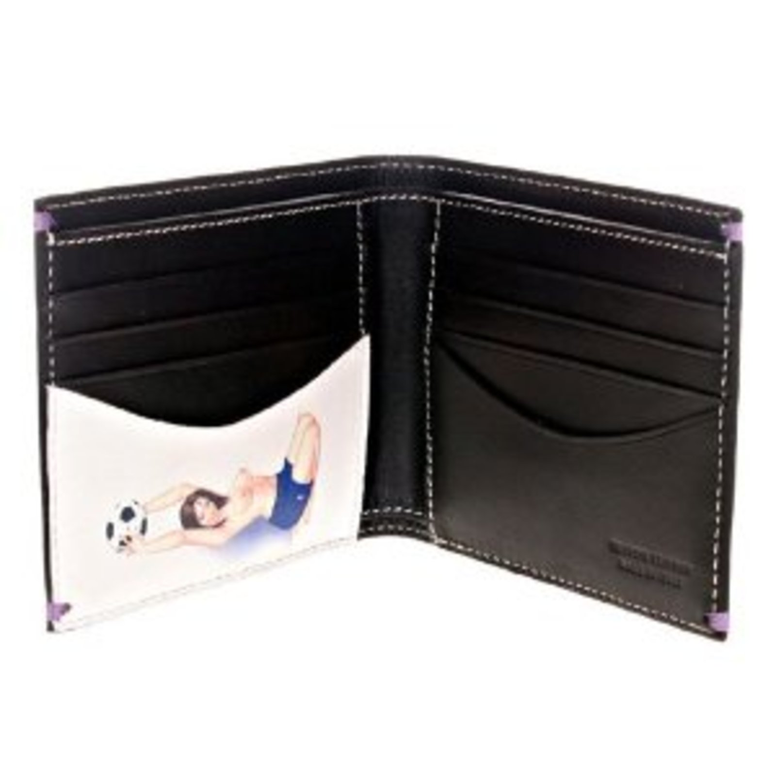 As with any accessory, the choice of the perfect wallet varies according to taste and needs. Compact to fit in the pocket, vertical for a more original touch, with a zipper on the sporty version, or with a chain to keep it securely hooked, its comfort also depends on the number of compartments inside.